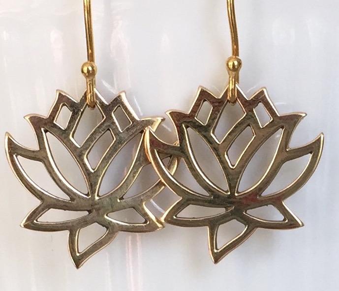Mellem lotus øreringe