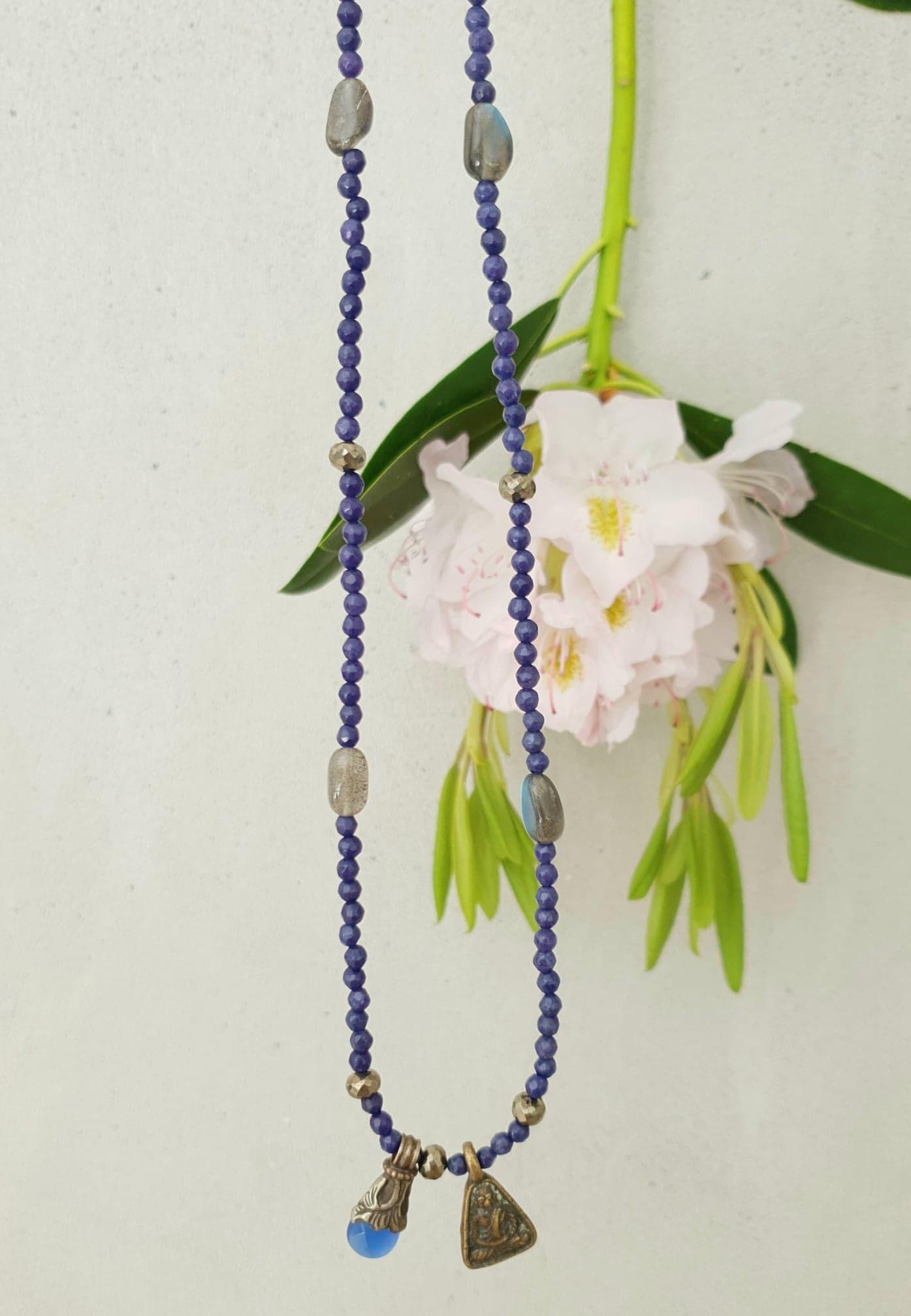 Farvet jade med pyrit og labradorit, vintage buddha