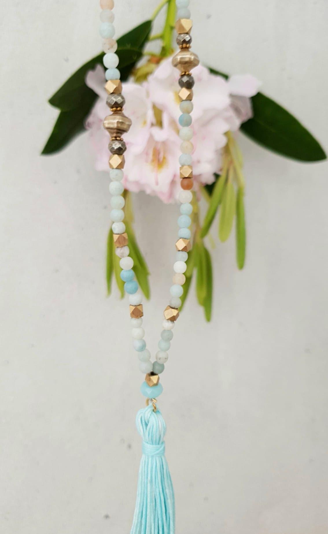 Amasonit kæde med pyrit og messing perler og kvast