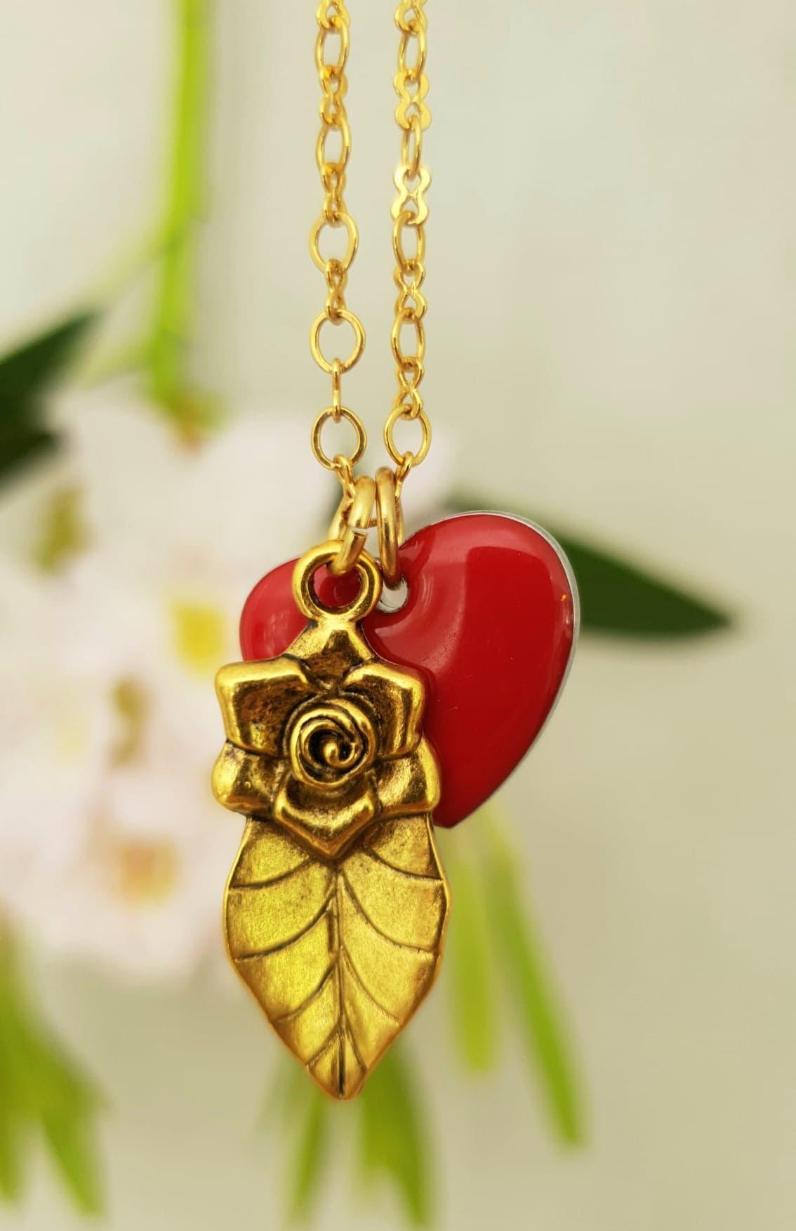 Kort kæde med hjerte og rose
