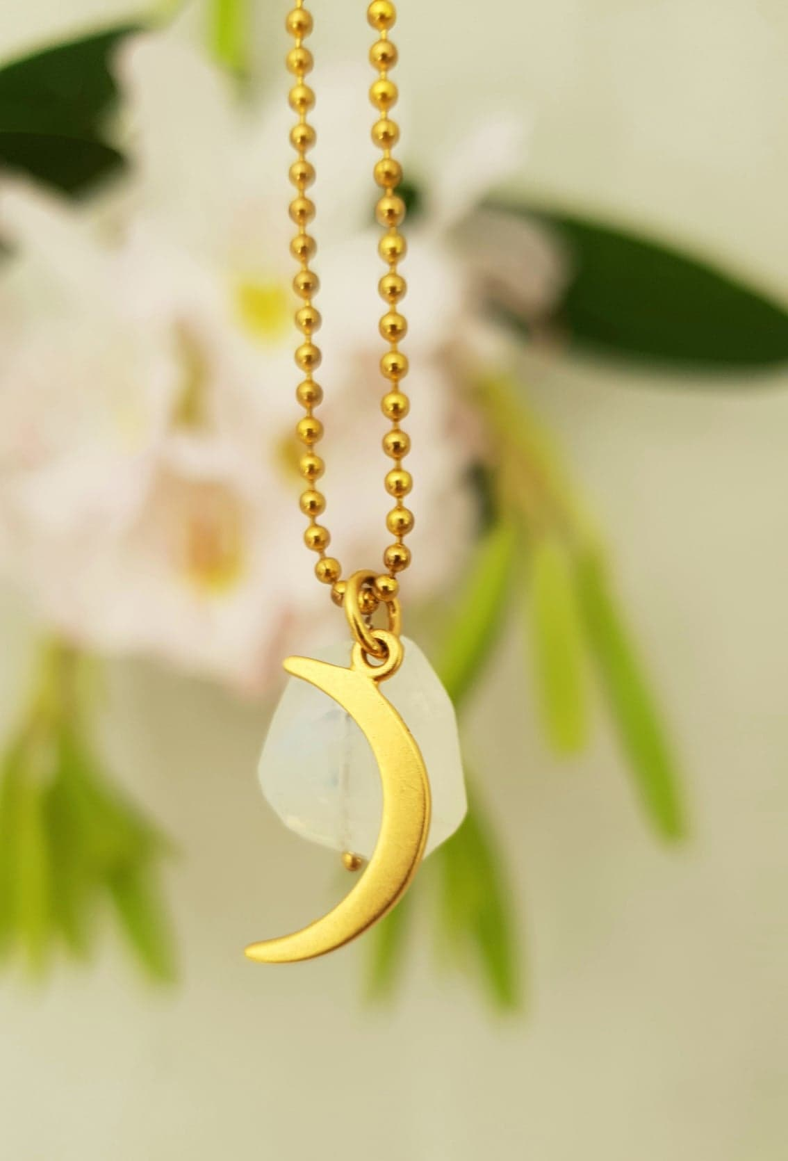 Forgyldt kugle kæde med månesten og måne