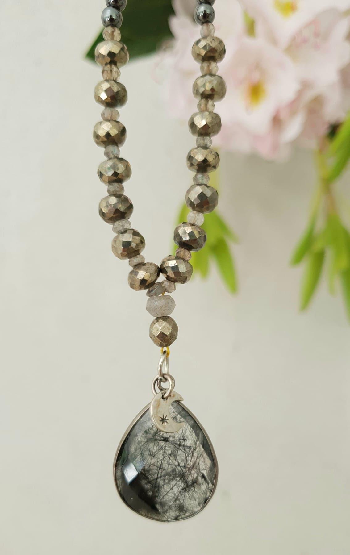 Hematit kæde med pyrit og drop i rutile quartz