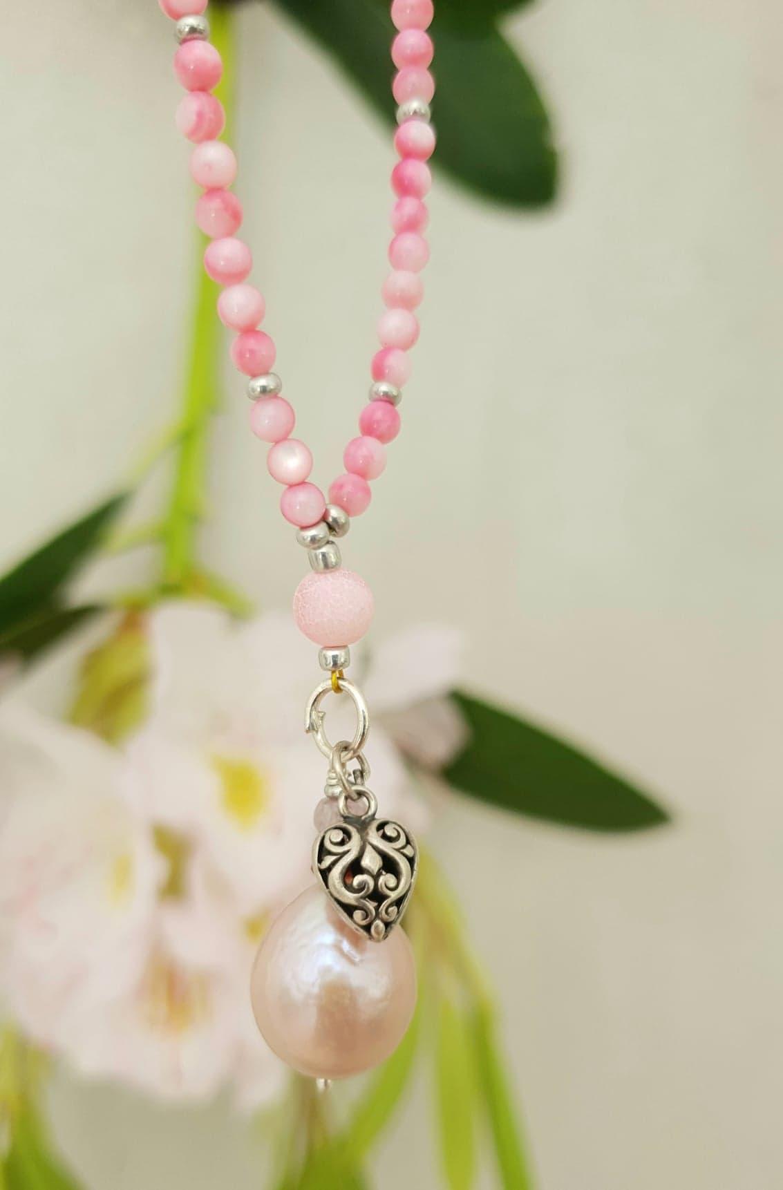 Pink farvet perlemor med hjerte og ferskvandsperle
