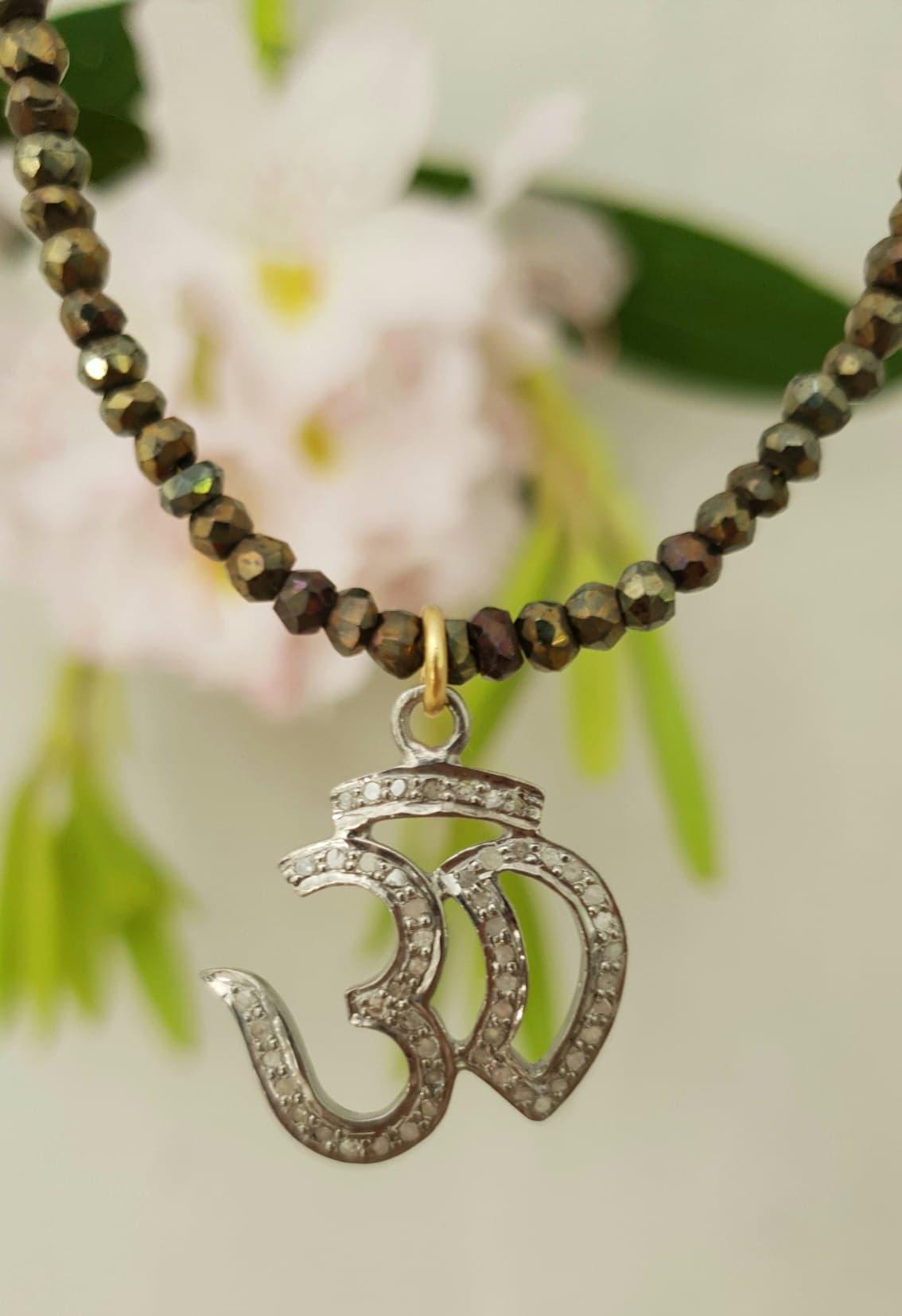 Pyrit kæde med OM i sølv med diamanter