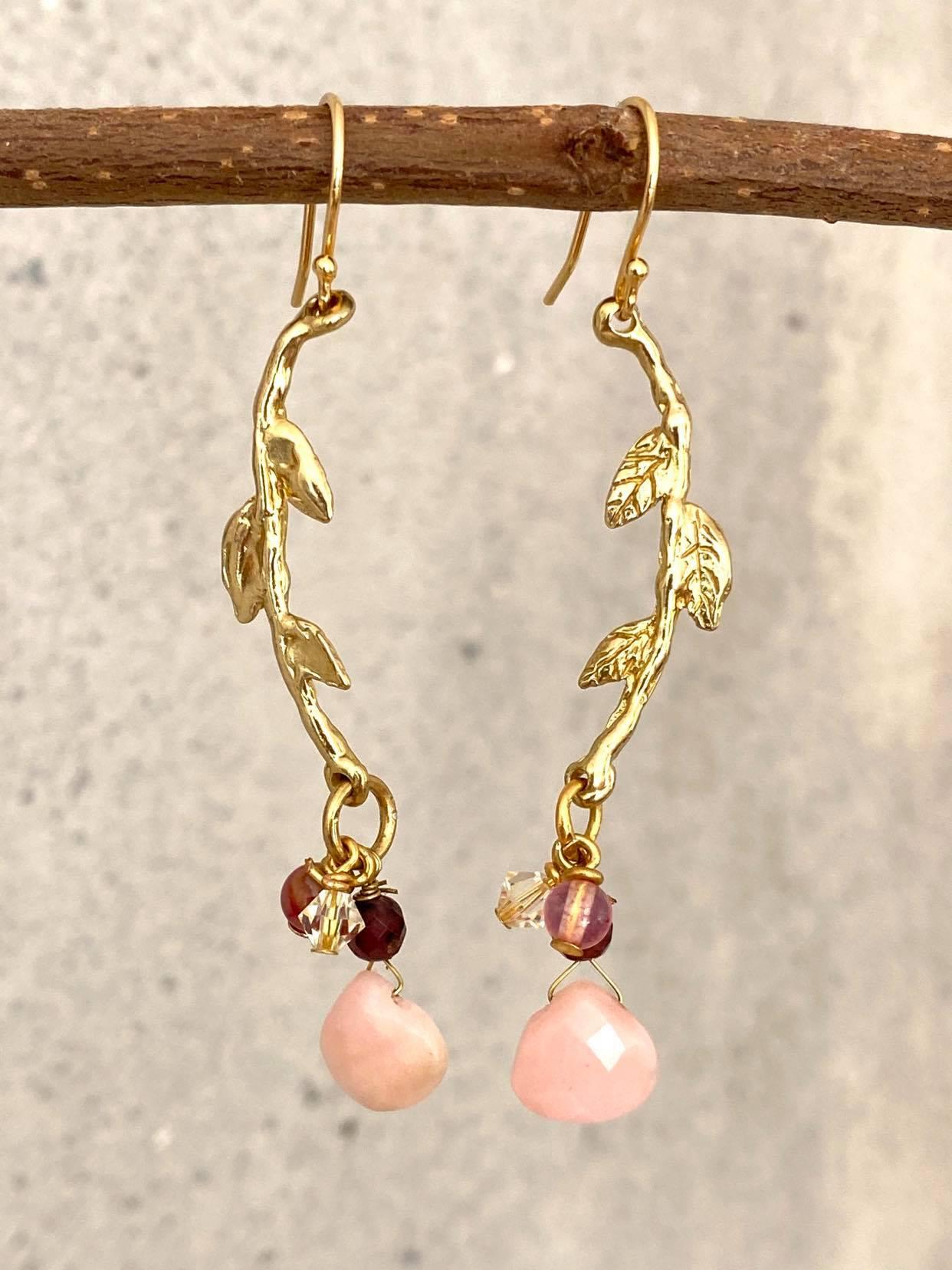 øreringe med rosaopal og gren