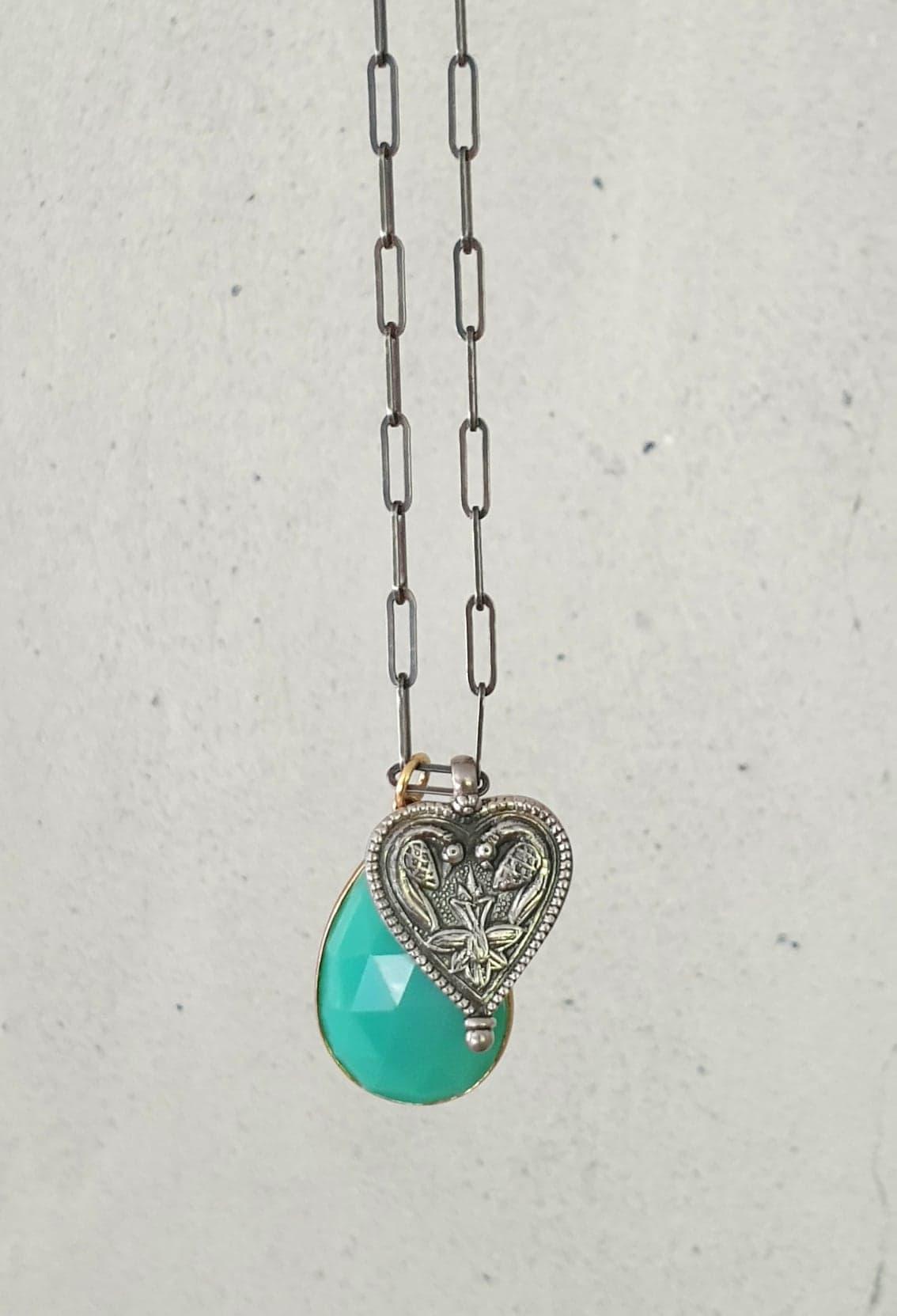 sølv kæde med sølv hjerte og calcedon dråbe